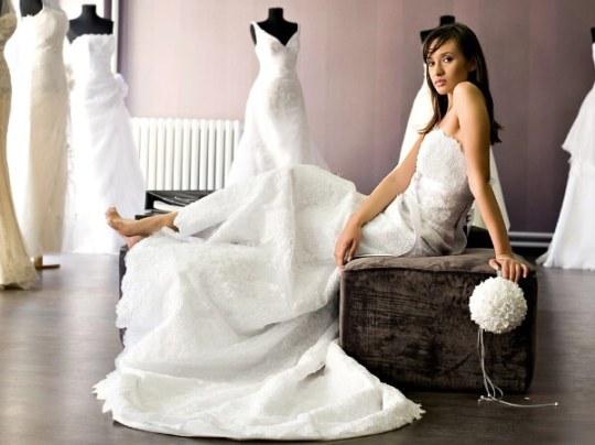 Невеста примеряет свадебное платье