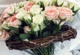 Свадебный букет из кустовых роз – очарование классики