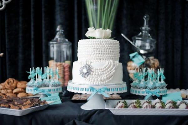 Торт на свадьбу белый с декором в стиле Тиффани