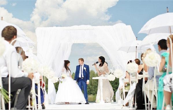 Свадебная церемония на улице