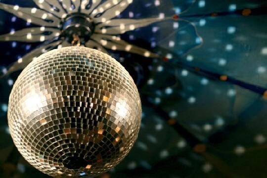 На фото зеркальный шар эпохи диско