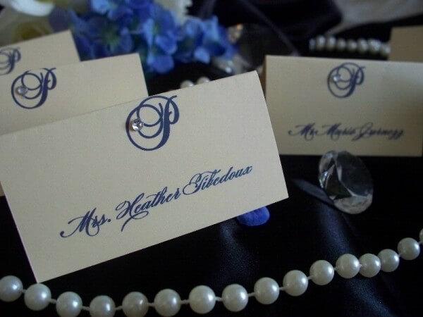 Таблички с синими надписями для стола