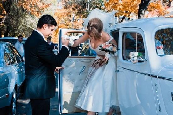 Невеста выходит из автомобиля