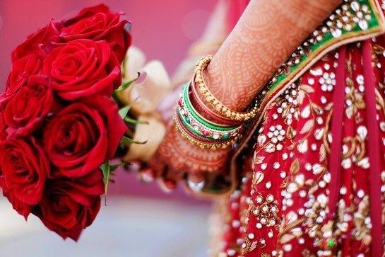 Букет невесты из ярко-красных роз