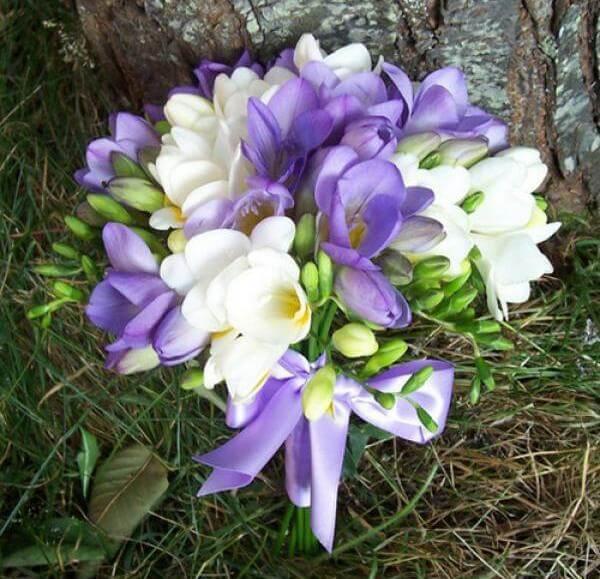 Свадебный букет фиолетовый с добавлением белого цвета