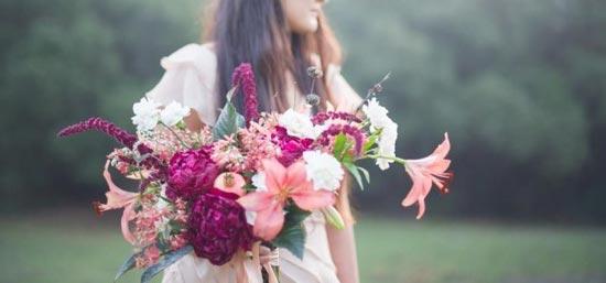 Свадебный букет из лилий с полевыми цветами