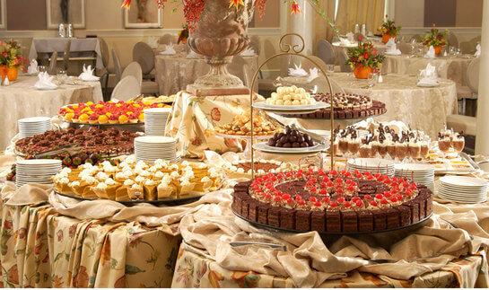 На отдельном столе в банкетном зале стоят традиционные сладости.