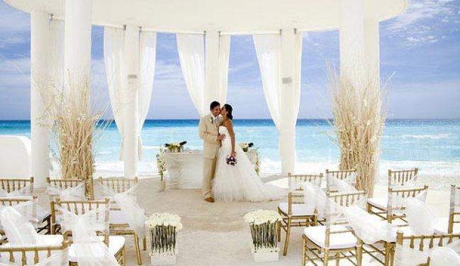 Жених и невеста у моря