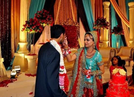 Жених и невеста встречают гостей