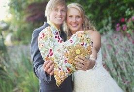 Первый год свадьбы: что подарить и как отметить ситцевую свадьбу?