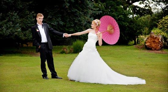 Невеста с розовым японским зонтиком