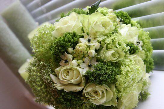 Букет и роз с зеленым морозником