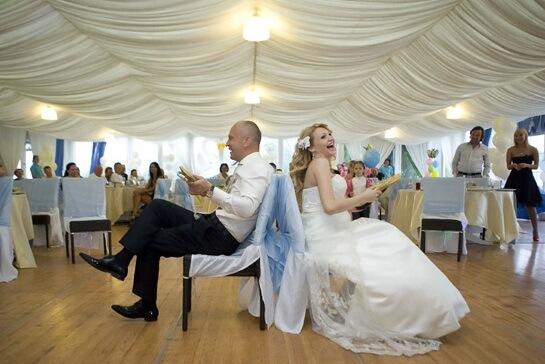 Прикольные конкурсы на свадьбу: как удивить гостей?