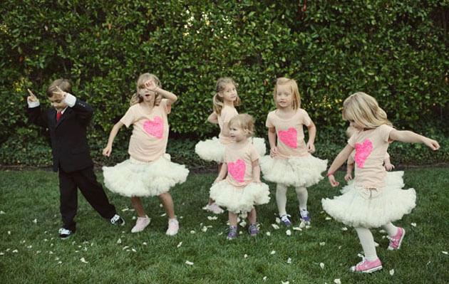 Дети танцуют на свадьбе