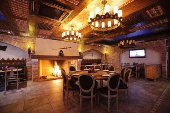 Зал ресторана точно повторяет интерьер рыцарского средневековья