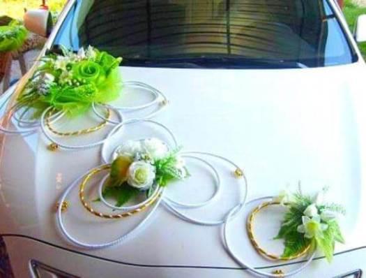 свадебный автомобиль с зеленым декором
