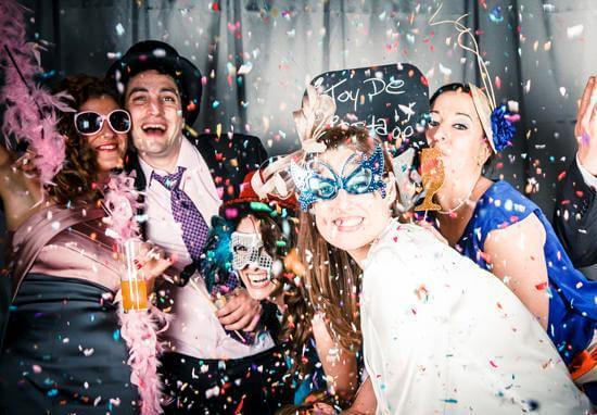 гости на свадебной постановочной фотосессии