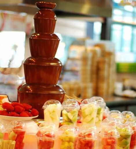 Шоколадный фонтан с фруктами