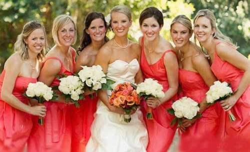 подружки невесты в кораловых платьях
