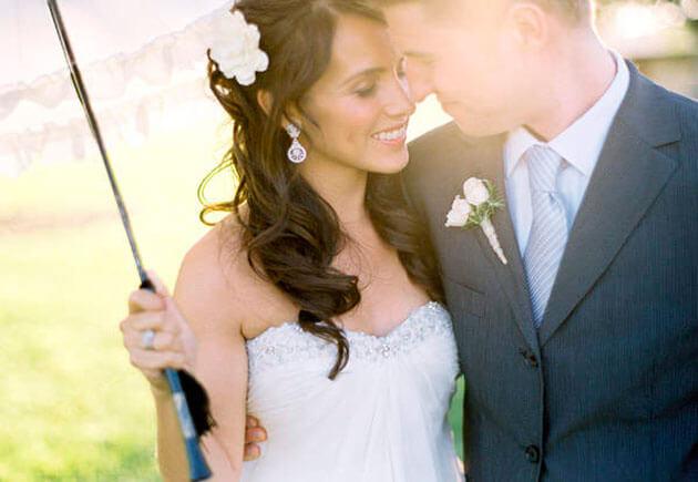 невеста и жених под летним зонтом