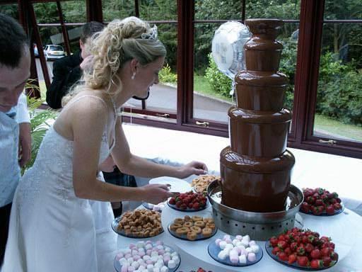 невеста у шоколадного фонтана