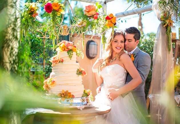 невеста и жених на свадьбе в оранжевом стиле