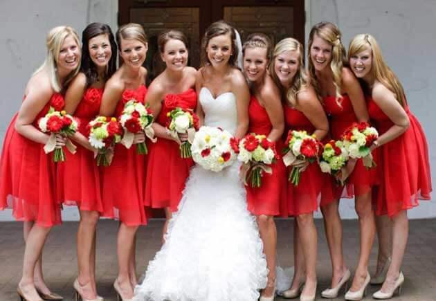 платья подруг в красном цвете