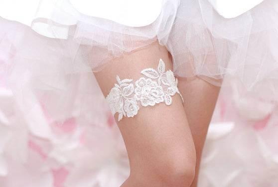 Подвязка на правой ноге невесты