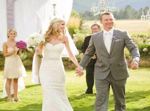 жених и невеста идут держась за руки