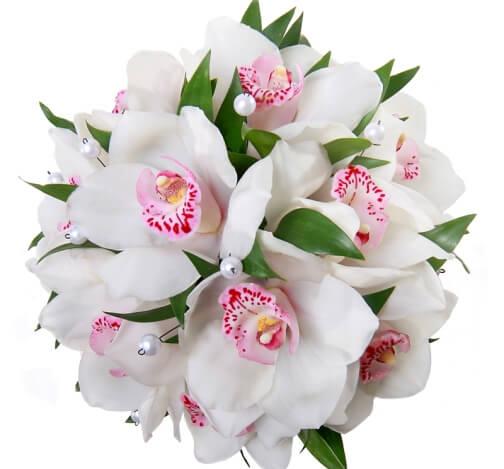 белые орхидеи в букете