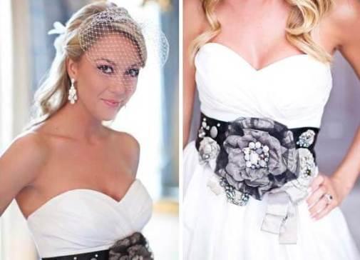 белое платье невесты с черным поясом из тканевых цветов
