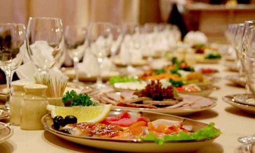 свадебные блюда на столе