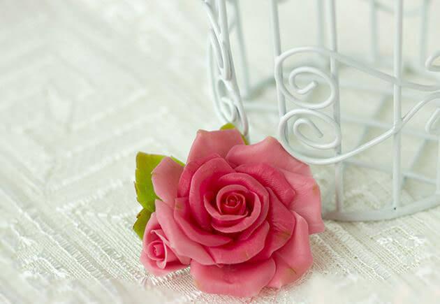 красная роза из полимерной глины