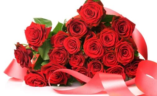 яркий букет из алых роз