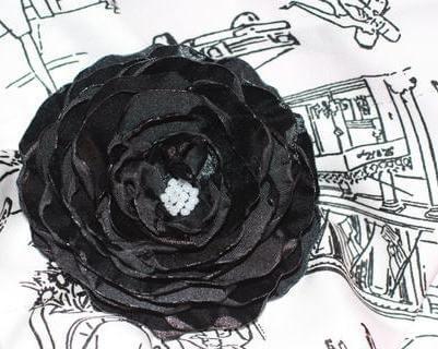 черный цветок с бусинками из ткани
