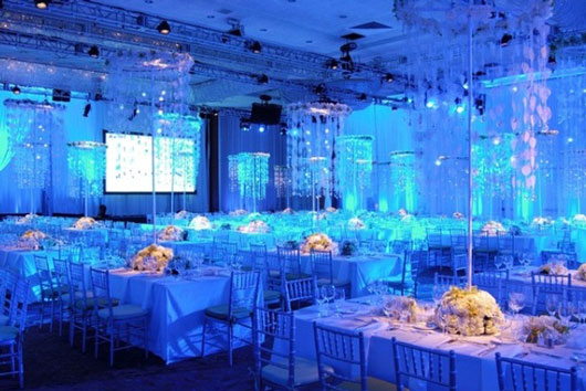 Оригинальное оформление свадебного зала в синих тонах