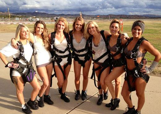 Идея для девичника: прыжок с парашютами