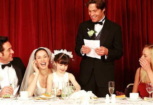 все за столом на свадьбе смеются