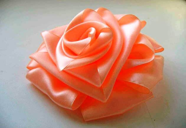 кораловая роза из атласа