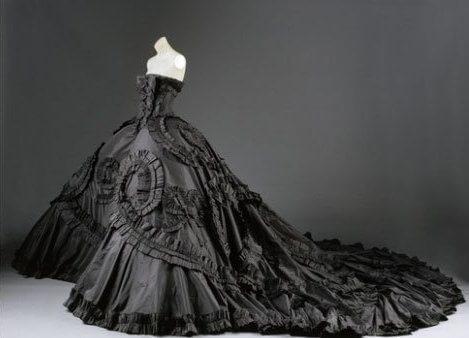 красивое черное платье со шлейфом