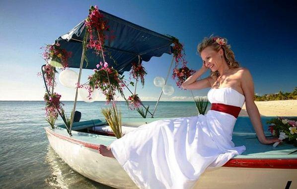 невеста на лодке на Мальдивах