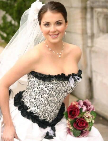 невеста в белом платье с черной отделкой