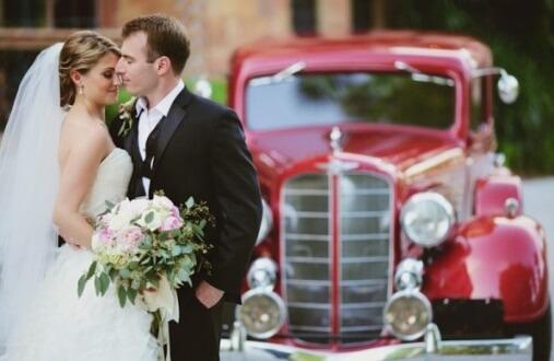 красное ретро авто на свадьбе