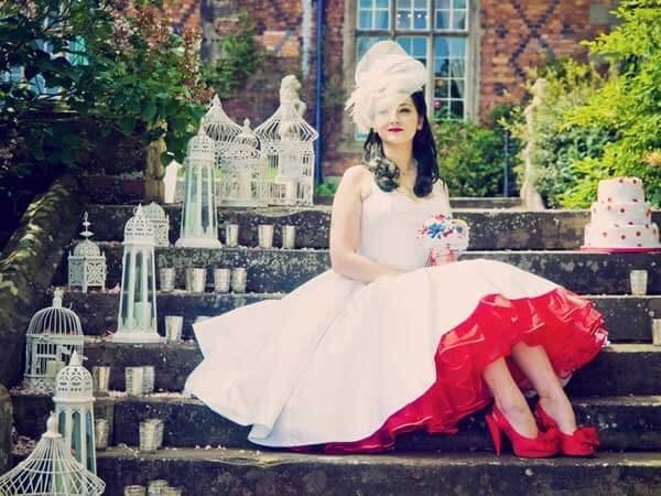 белое платье с краным невесты ретро