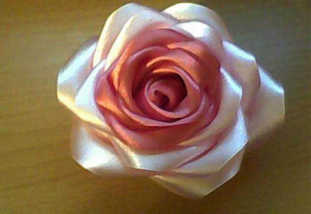 двухцветная роза из атласа