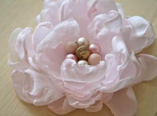 розовый цветок из ткани