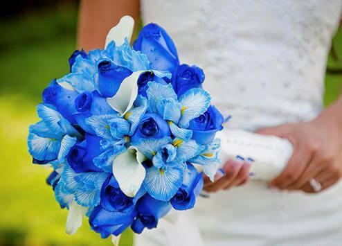 синие ирисы в свадебном букете