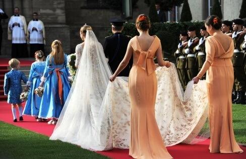шлейф платья невесты несут девушки
