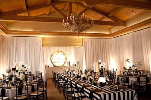 свадебный зал со столами в черно-белую полоску