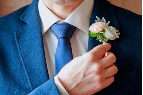 жених с синим галстуком